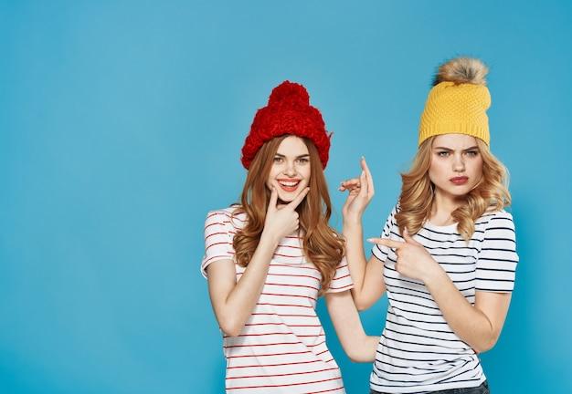 Женщины в разноцветных кепках эмоции недовольство ссора конфликт синий
