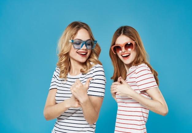 ストライプのtシャツサングラスの女性は感情の青を喜びます