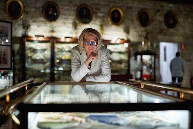 Женщины в музее смотрят художественные выставки