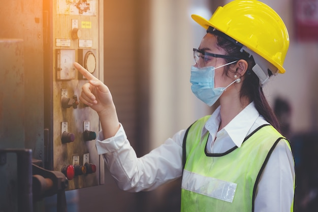 タブレットを手にした女性の産業プラント、工場での産業機械のセットアップで働くことを探しているエンジニア。