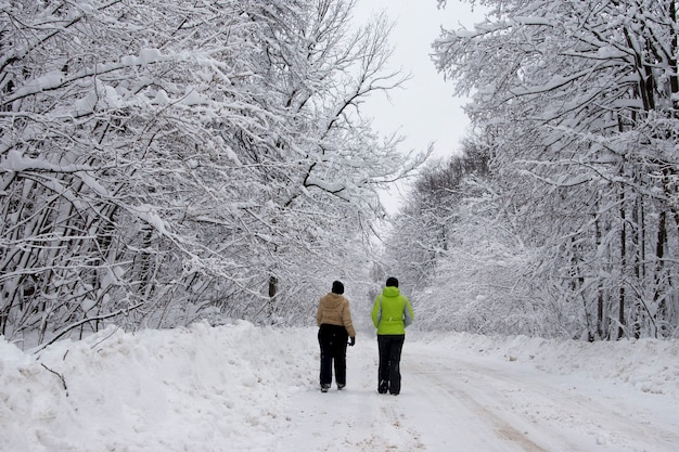 자연에 겨울에 스포츠에 참여 하는 여성