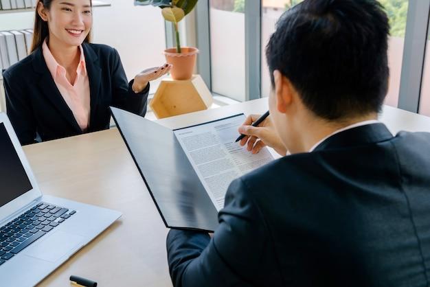 会社のオフィスでインタビューされた女性の仕事アジアバンコク