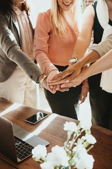 真ん中で手を組む女性