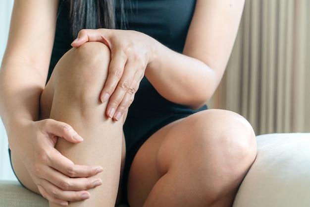 Женщины болят колено, женщины трогают боль колена в домашних условиях