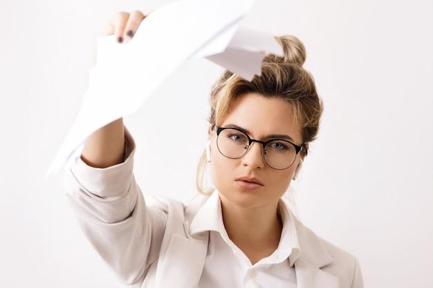 Женщины-лидеры в бизнесе. недовольная женщина-босс приказывает исправить отчет.