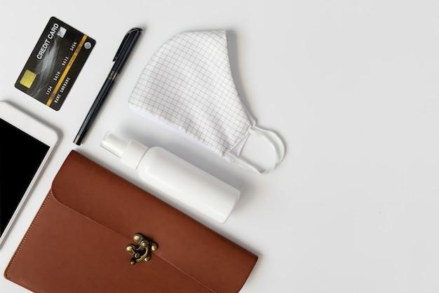 Женская кожаная сумка с необходимыми предметами, тканевые маски, спрей-спирт, гель для рук, кредитная карта, ручка и мобильный телефон для гигиены, плоская планировка