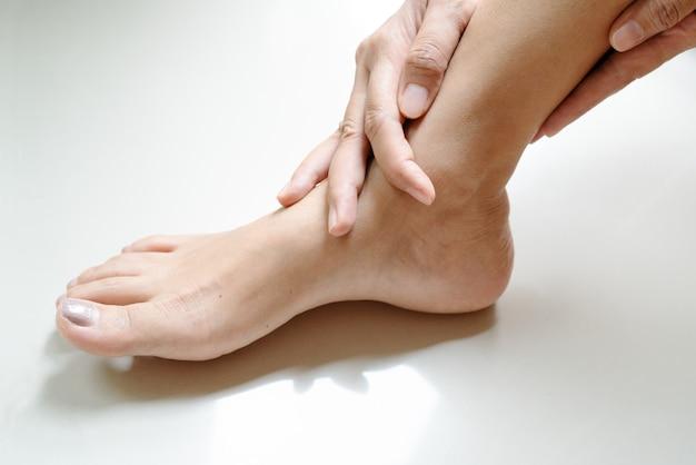 고통스러운 여성 다리 발목 부상