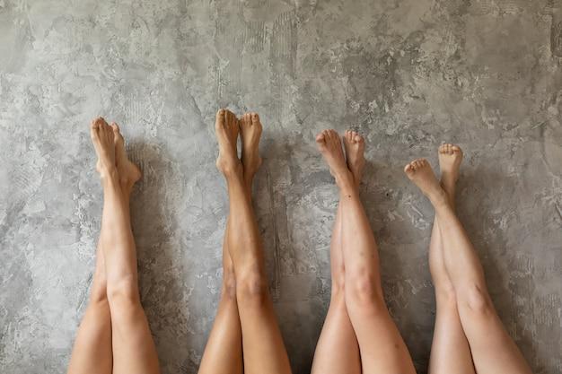 콘크리트 벽에 여자 다리