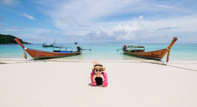 여자는 해변에 누워 바다는 휴가 여름 휴식을