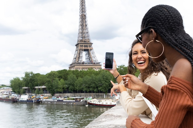 パリ滞在中に携帯電話を見ている女性