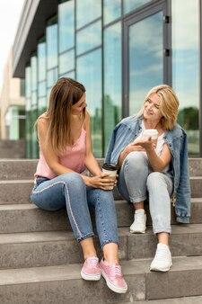階段に座ってお互いを見ている女性
