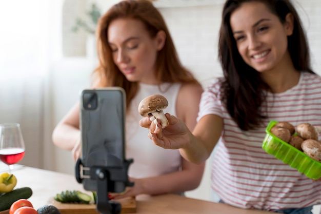 Женщины ведут видеоблог во время приготовления еды