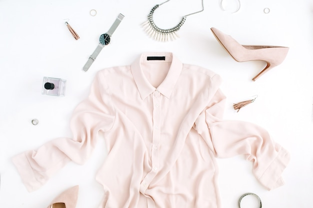 Женская современная модная одежда и аксессуары. плоский женский образ в стиле кэжуал с пастельной блузкой, высокими каблуками, часами, парфюмом.