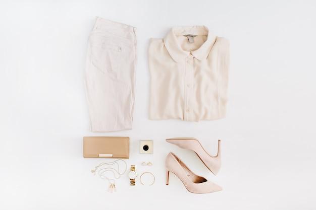 Женская современная модная одежда и аксессуары. плоский женский образ в стиле casual с пастельно-розовыми джинсами, блузкой, высокими каблуками, парфюмом и золотыми часами.