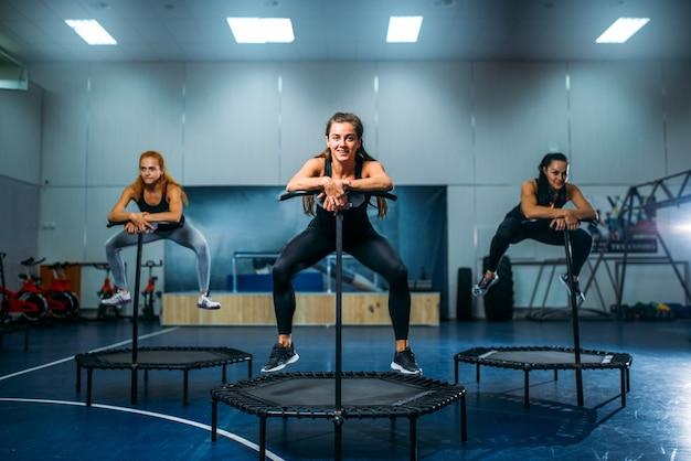 トランポリンで運動中の女性、フィットネストレーニング