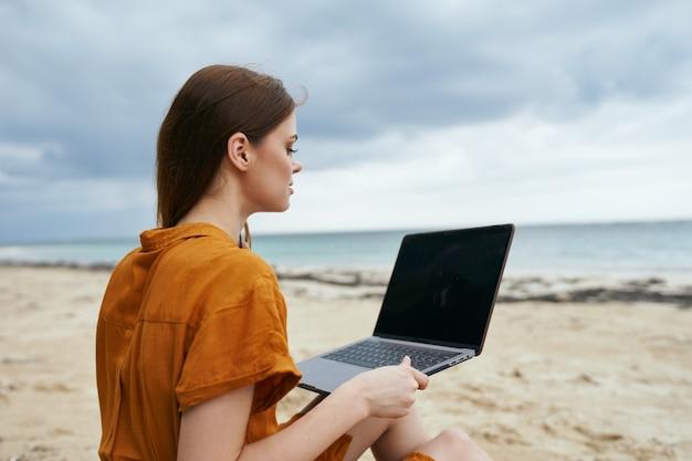 島の風景ラップトップ通信技術の屋外の女性