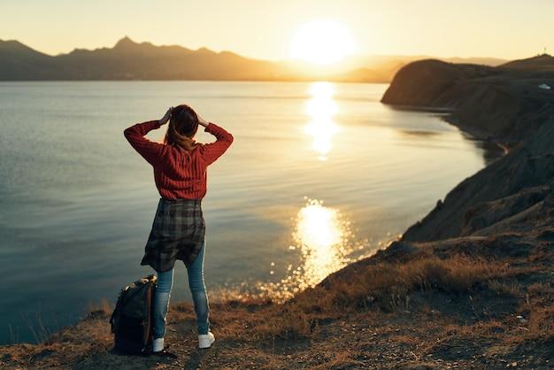 女性の屋外ロッキー山脈の風景は新鮮な空気を旅行します
