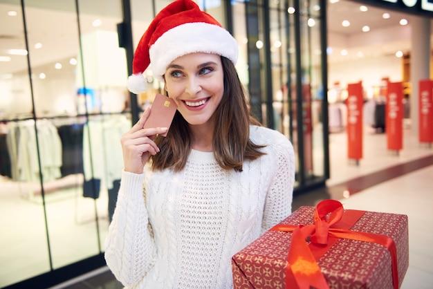 크리스마스 선물에 대한 신용 카드로 지불하는 여성