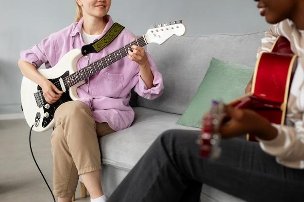 Donne che suonano la chitarra da vicino