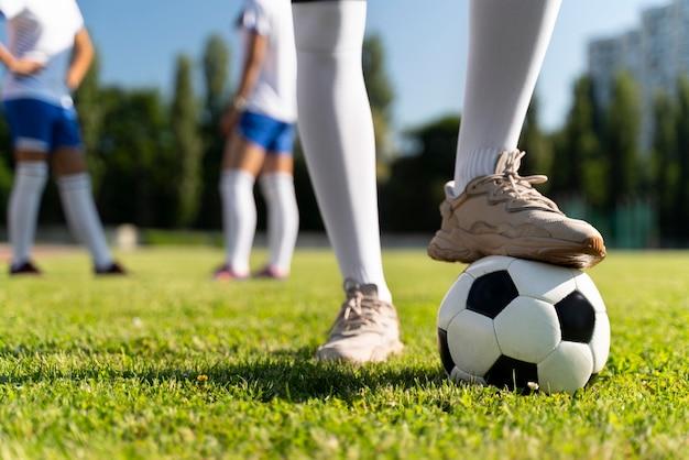 サッカーチームで遊ぶ女性