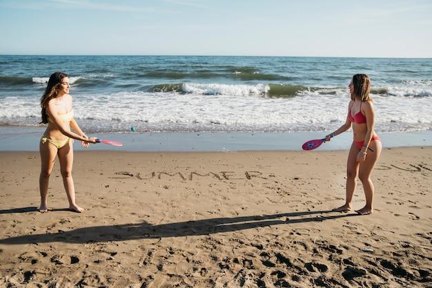 ビーチでピンポンをする女性