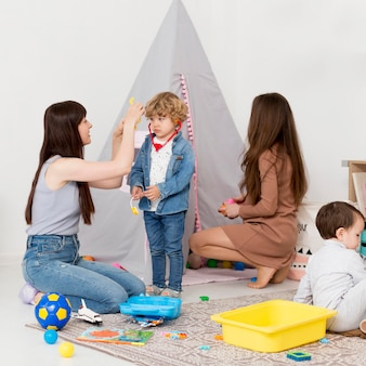 家で子供と遊ぶ女性