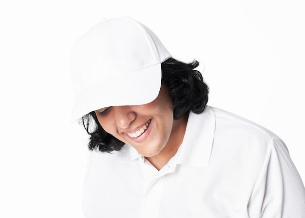 Donne in abbigliamento con berretto bianco di moda plus size