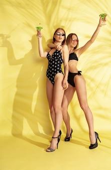 Donne in posa in tuta alla moda