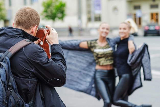 Женщины позируют фотографу Бесплатные Фотографии