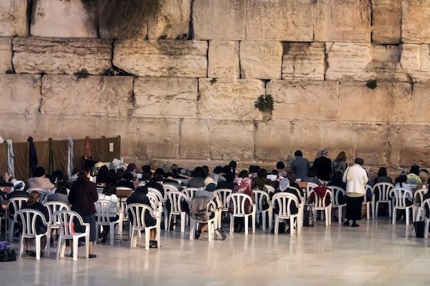 嘆きの壁の近くの女性の祈り、嘆きの壁、女性のギャラリーの過越祭。