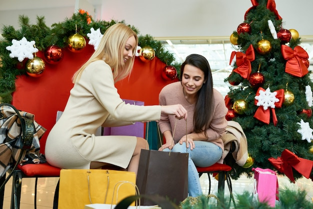 Женщины готовятся к рождеству