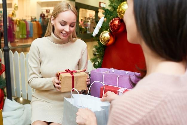 Женщины готовят подарки к рождеству