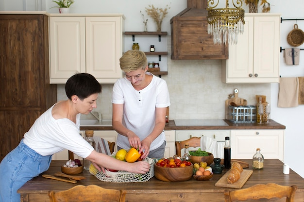 Donne che preparano del cibo sano