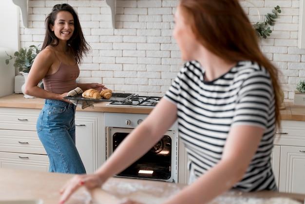 ロマンチックなディナーを一緒に準備する女性