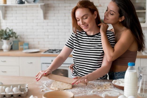 Donne che preparano insieme una cena romantica a casa