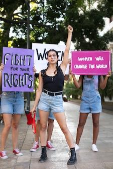自分たちの権利のために一緒に抗議する女性