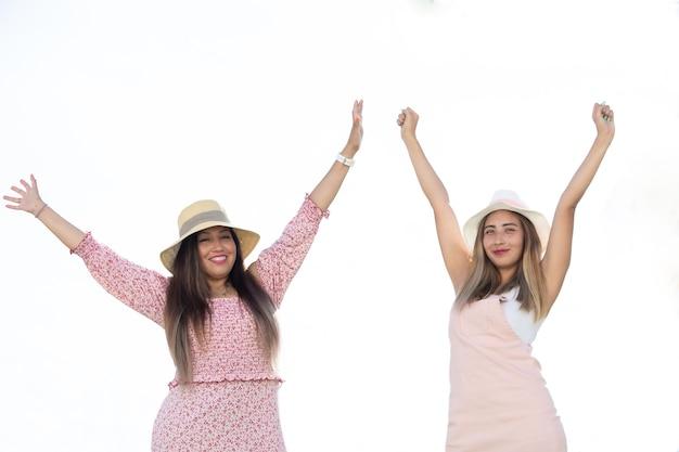 手を上げる女性、女の子の力の概念