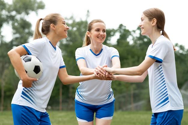 Donne pronte a giocare a calcio