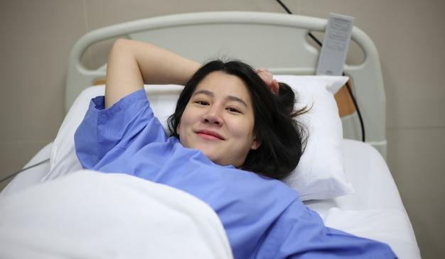 병원 침대에서 출산 준비가 된 여성