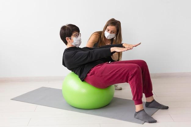 コロナウイルス後に一緒に回復している女性