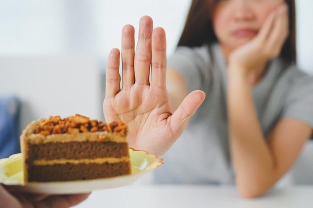 女性はケーキを食べることを拒否します