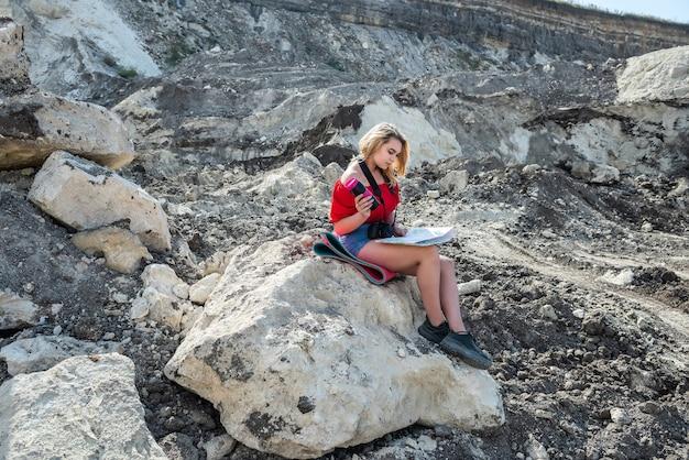 여성들은 편안하고 자연을 즐기고,지도를 읽고 꿈의 여름 휴가에 사진을 찍습니다.