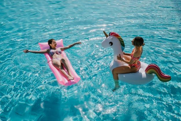 Donne che si rilassano in piscina