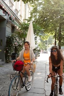 자전거를 타는 여성 전체 샷