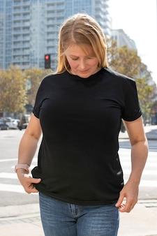 女性の黒のtシャツストリートスタイルプラスサイズのアパレルファッション