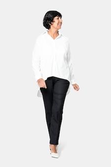 女性の白い特大シャツのファッションと黒のパンツ