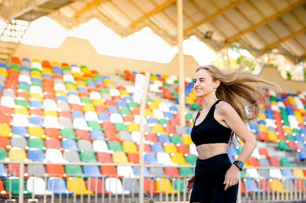スタジアムを走る女性、スポーツと健康