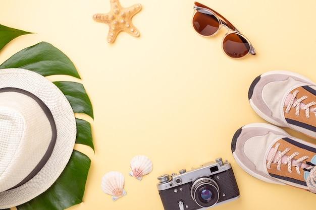 Женские аксессуары элементы на пастельных желтых фоне, концепция летних каникул.
