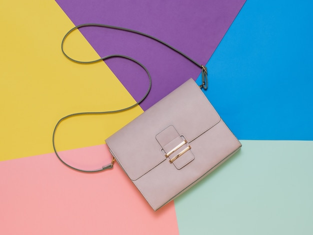 Женская сумка из легкой кожи. современный женский кожаный аксессуар. вид сверху.