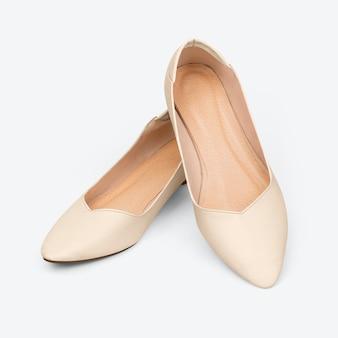 女性のベージュのローヒールの靴のファッション